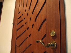 モンステラをあしらった特製ドア