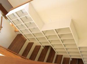 階段脇収納スペース